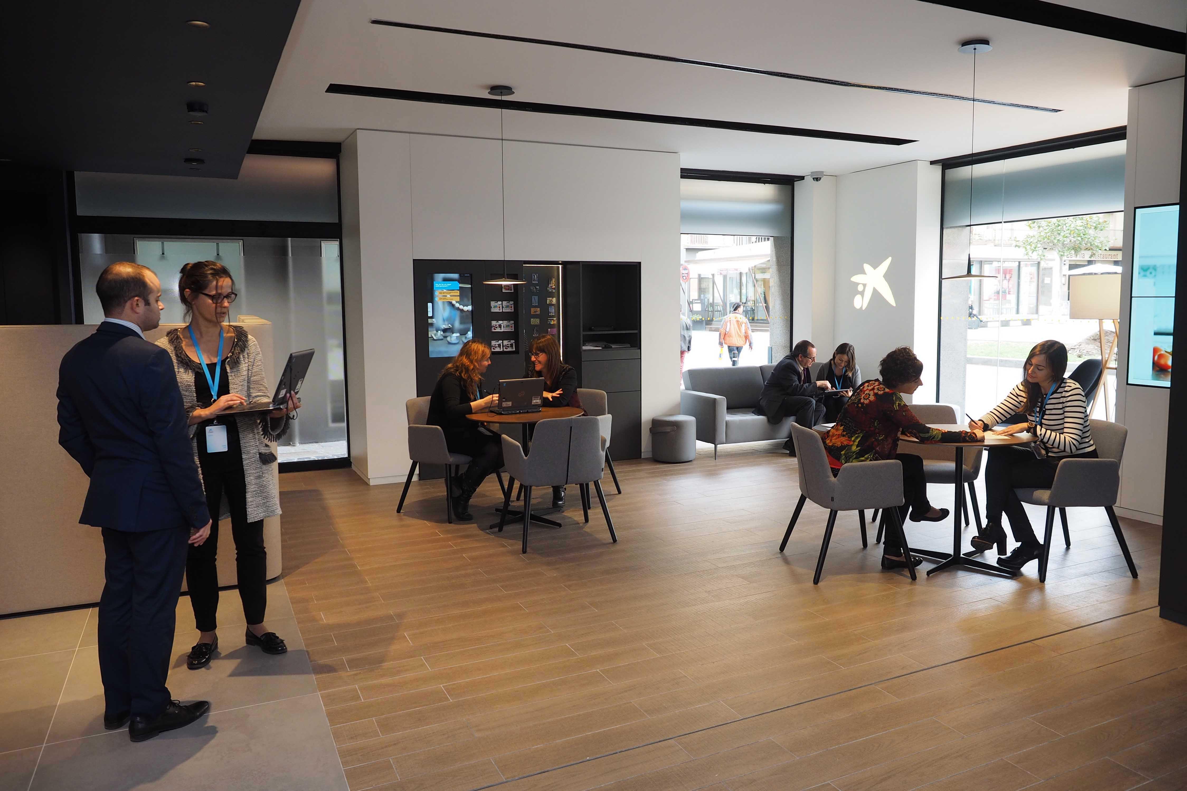 Caixabank ha obert a la ciutat d 39 olot una oficina del nou for Oficina 2100 caixabank