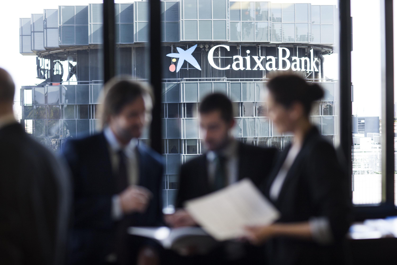 Resultado de imagen de CaixaBank se convierte en el primer banco español con un servicio de asesoramiento digital en inversiones integrado en su banca online