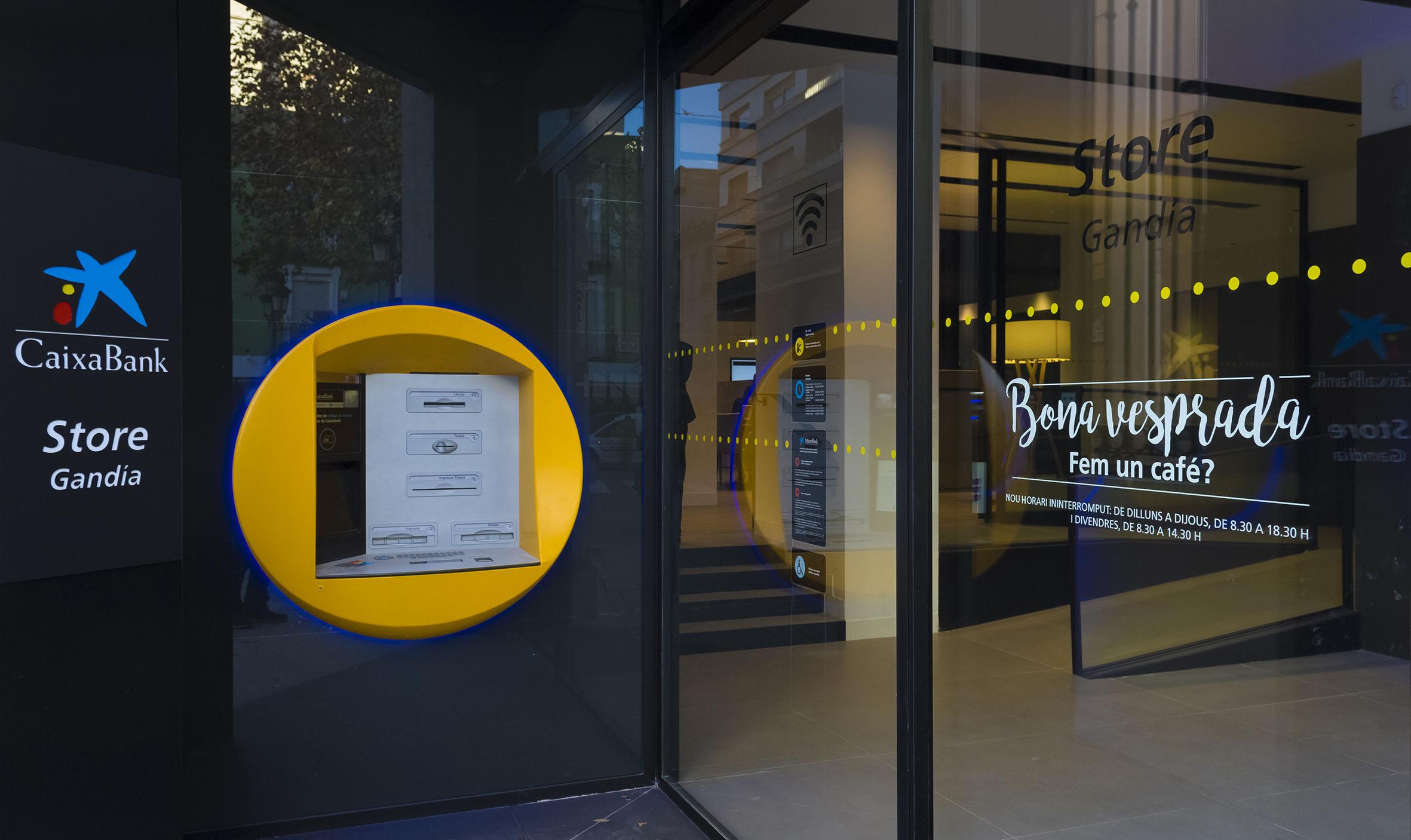 Caixabank estrena en gandia un nuevo concepto de oficina for Oficina 9880 la caixa