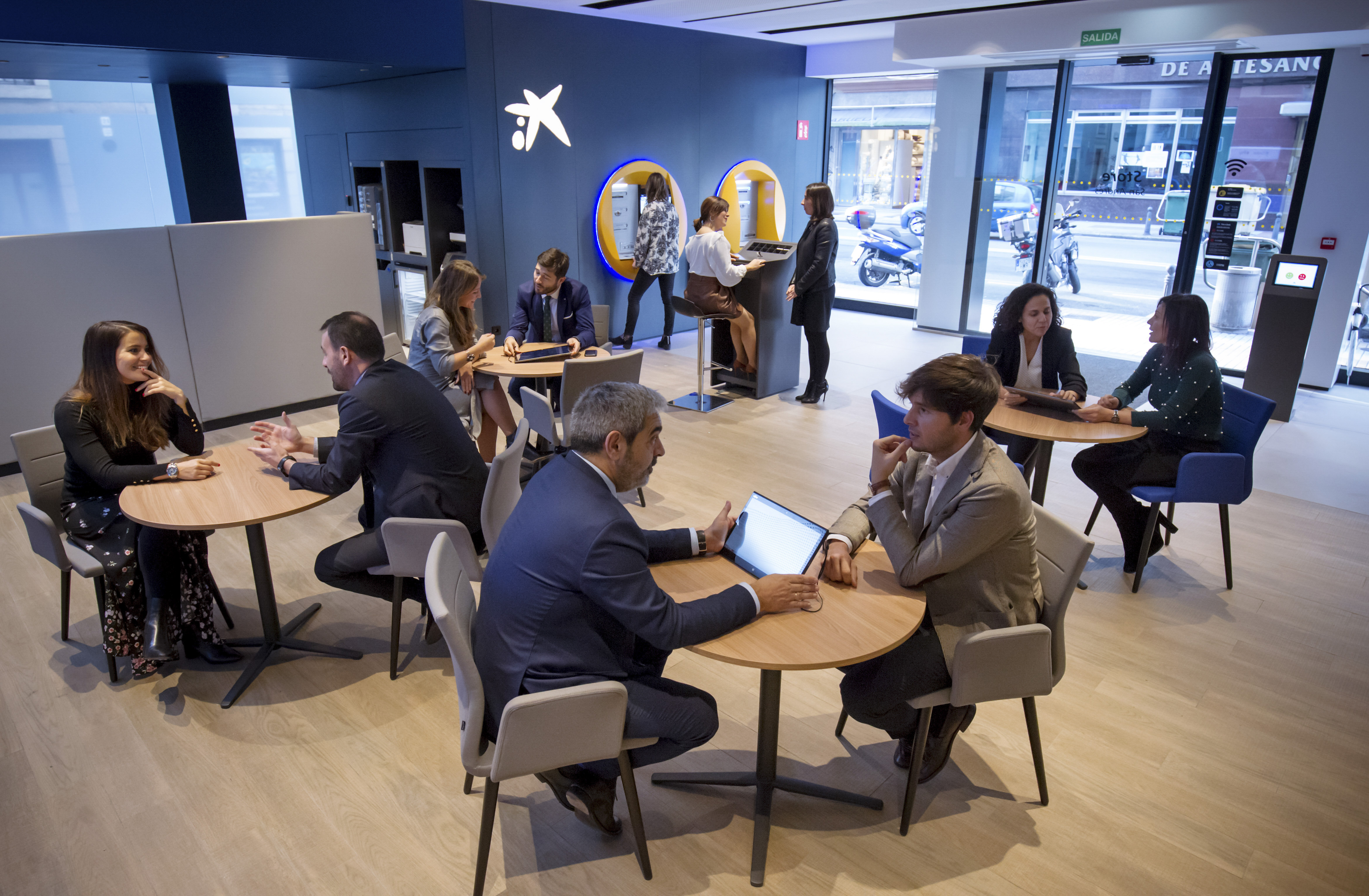 Caixabank abre en a coru a una oficina de su nuevo modelo for Oficines caixabank