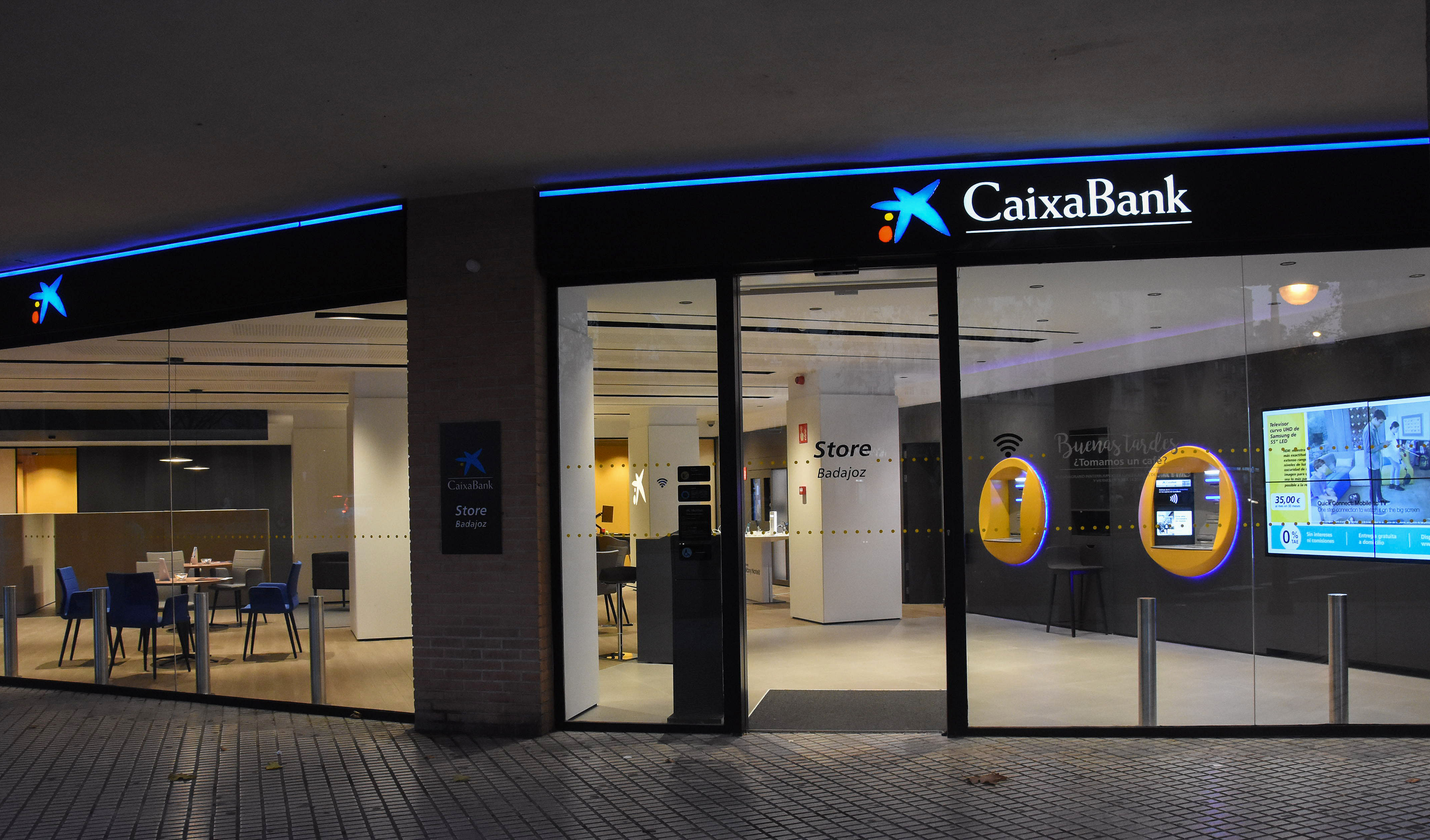 Caixabank abre en badajoz una oficina de su nuevo modelo store for Oficines caixabank