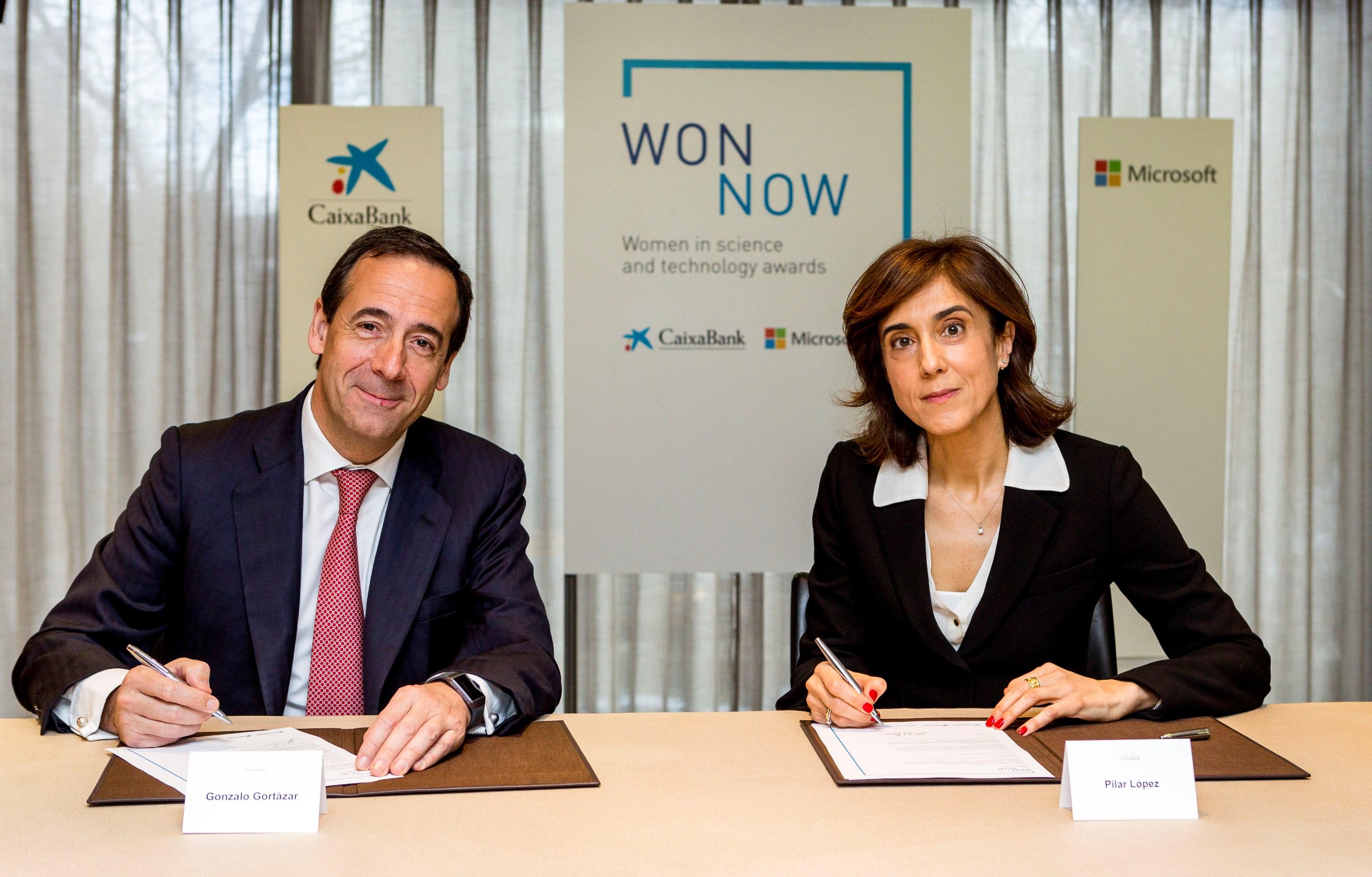 Gonzalo Gortázar, consejero delegado de CaixaBank, y Pilar López, presidenta de Microsoft