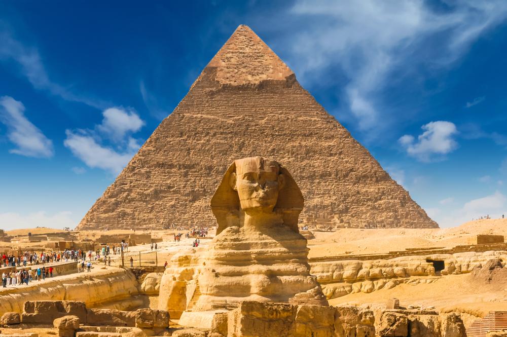 Gran Esfinge de Guiza, en el fondo se puede ver la Pirámide de Keops de Egipto